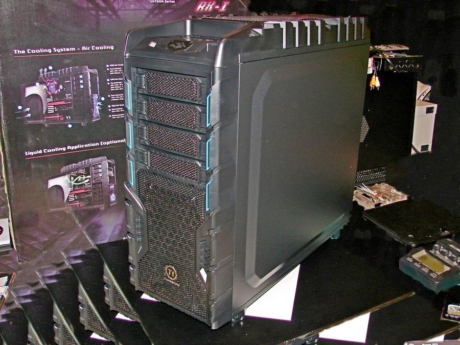 Для сборки системного блока за 80 000 рублей был применен функциональный и эффектный корпус   Thermaltake Overseer RX-I.