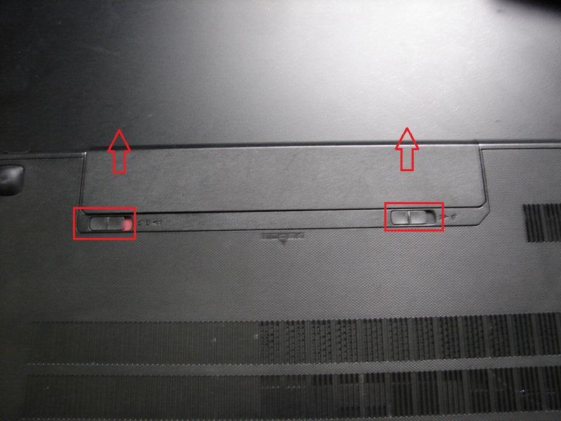 Разбирает ноутбук Lenovo G500 - вынимаем аккумуляторную батарею