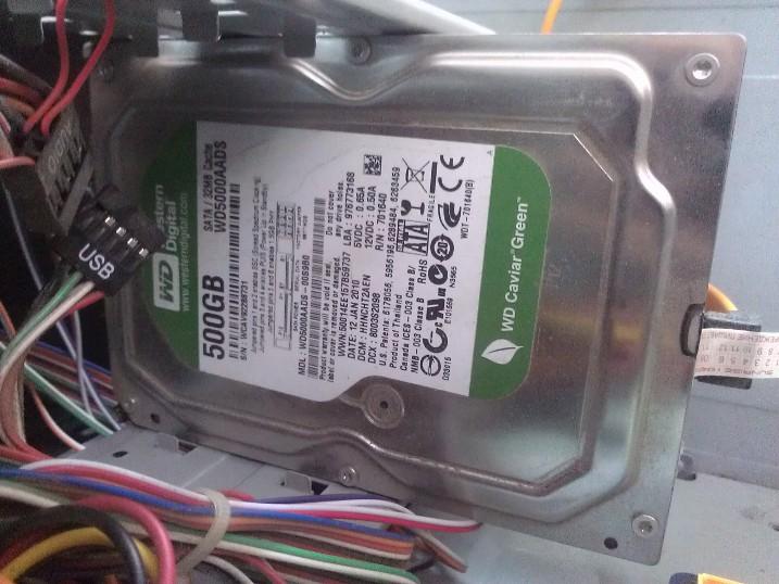 Изначально был установлен медленный жёстких диск WD Green, который сам по себе для установки операционной системы и не предназначен
