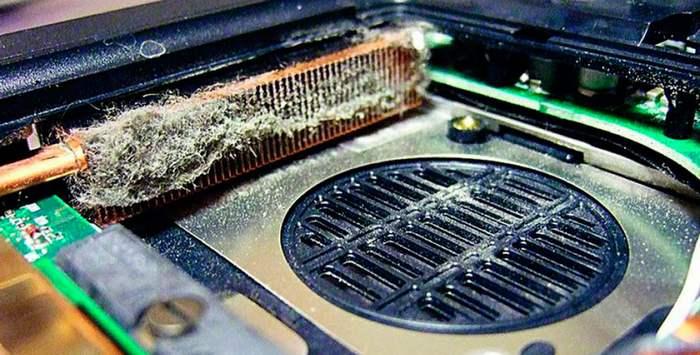 Со временем система охлаждения накапливает столько пыли на радиаторы. что прохождение воздушного потока через него становиться невозможным
