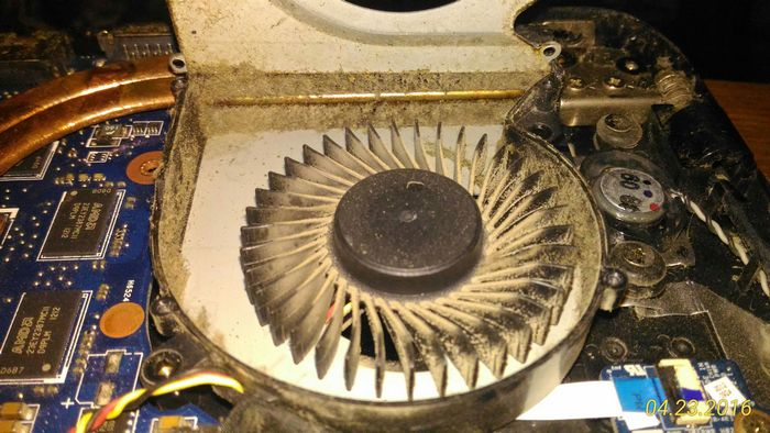 На этом снимке хорошо видно вентилятор, но совсем не видно радиатора - он скрыт под слоем пыли, видна только тепловая трубка, которая доставляет тепло к радиатору