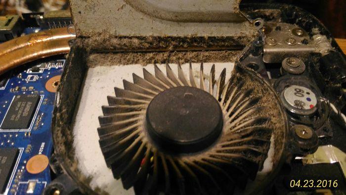 Для нормализации работы системы охлаждения выполняем разбор ноутбука, разбираем вентилятор и выполняем прочистку от пыли