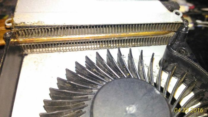 На этом фото уже сняли слой пыли с радиатора, но еще не прочистили радиатор и вентилятор основательно. на фото хорошо видно как плотно прижаты друг к другу ребра радиаторных пластин. Именно такая высокая плотность и позволяет накапливаться мусору в системе охлаждения ноутбука