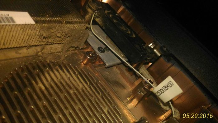 Вот еще один засоренный радиатор - но здесь количество накопленного загрязнения ещё не столь велико и воздух мог проходить по крайней мере через часть радиатора. Хотя напрямую с пластинами он уже не контактировал - они покрыты слоем мельчайшей пыли.