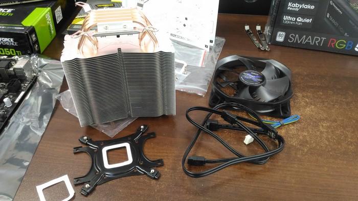 Подготовка к сборке системы охлаждения ZALMAN CNPS10X Optima. В комплекте с этой системой охлаждения универсальный бэкплэйт - за счет чего данную СО можно устанавливать как на платы под Intel, так и на платы под AMD