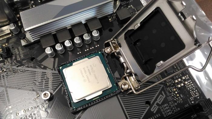 Согласно меткам на процессоре и сокете устанавливаем процессор Intel Core i5 8600k в сокет платы Asus Prime b360 Plus