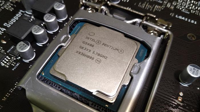 Процессор используем Intel Pentium Gold G5400. Такого будет достаточно даже для игр в FullHD на высоком качестве при наличии хорошей видеокарты