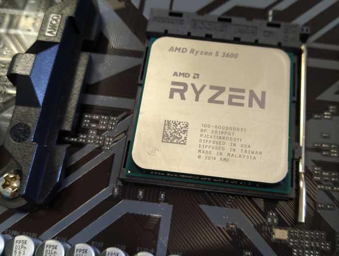 Процессор AMD Ryzen 3600 установлен в сокет. С ножками при установке нужно быть аккуратным.