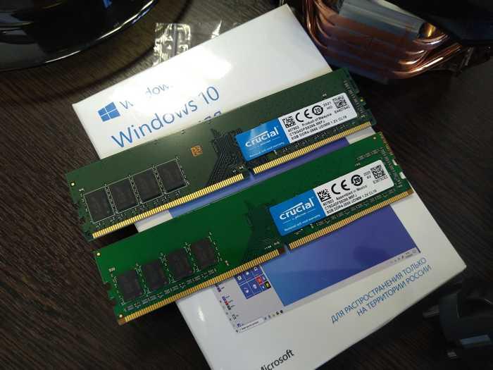 Модули памяти CRUCIAL CT8G4DFS8266 в нашей сборке. Две планки памяти одной модели оказались разными по цвету текстолита. Бывает. Наверное из разных партий.