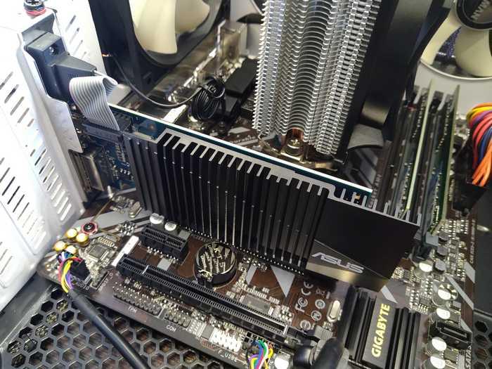 Все та же Asus geForce 710 уже в слоте. В отличии от игровой видеокарты слот она под своим весом не выломает точно.