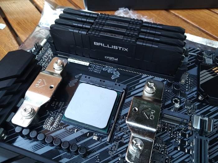 Плата в сборке ASUS TUF GAMING B550-PLUS, SocketAM4. На фото уже установлен процессор с нанесённой термопастой, уже установлена память и крепление под систему охлаждения.