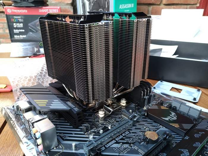 DeepCool Assassin 3 уже установлен на процессор, но вентиляторы ещё не подвесили.