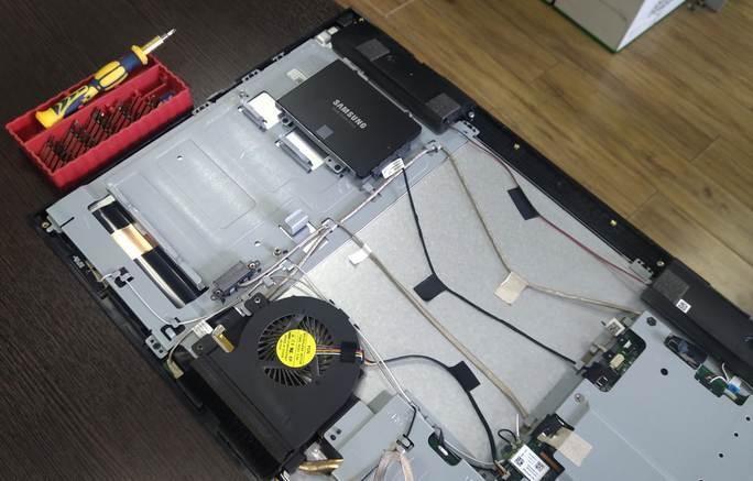 На этом фото моноблок мы уже разобрали. И SSD накоптитель Samsung установили. Более доступные по цене SSD брать не стали - они менее надежны. А лазить в моноблок по много раз - удовольствие сомнительное