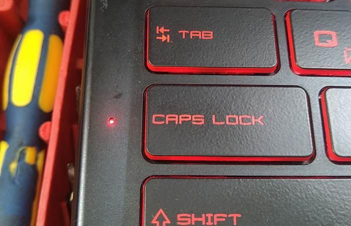 Клавиатура ноутбука MSI GL63 8RC. Благо про индикатор Caps LOCK производитель не забыл. Он у нашего ноутбука есть. Это упрощает набор текста существенно.